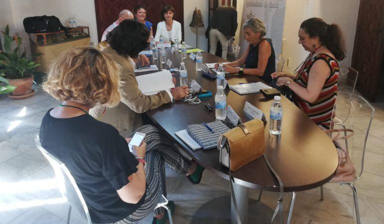 Miembros del Ayuntamiento de Ronda y del Consejo Audiovisual de Andalucía (CAA) durante la reunión.