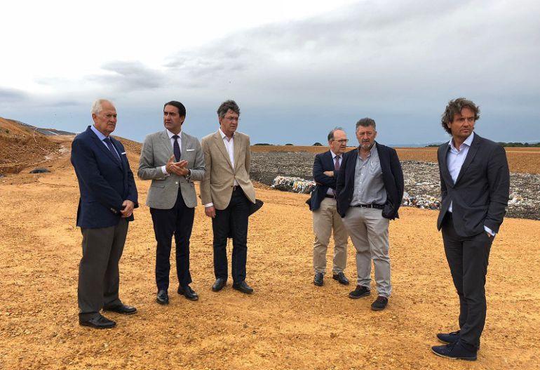 El consejero de Fomento y Medio Ambiente visita el nuevo vaso del CTR en compañía del presidente de la Diputación provincial