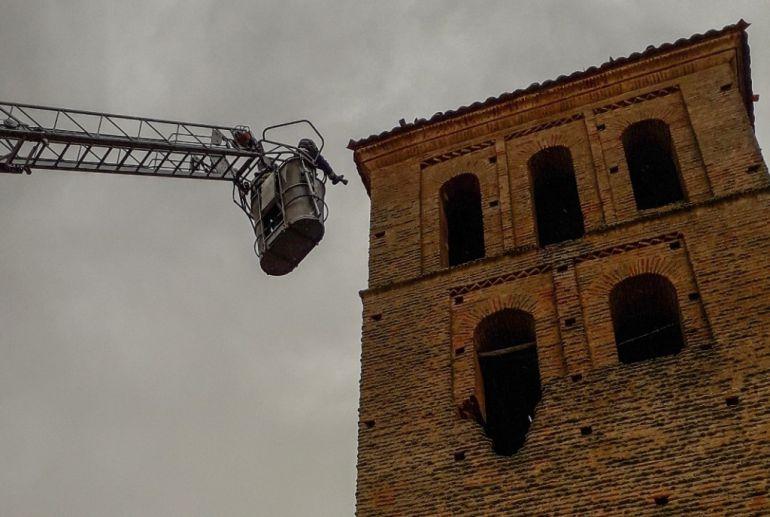 El impacto de un rayo daña la torre de la iglesia de Villamol