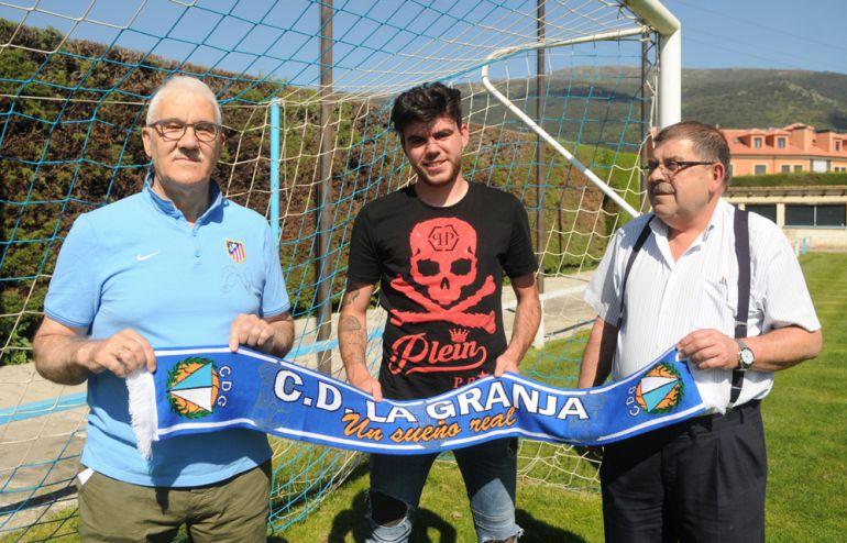 Víctor Manuel Pascual posa junto al presidente del club Pablo Alejandro - izquierda - y el secretario Eugenio Gómez