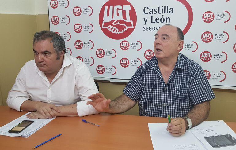 El secretario General de FESP UGT de Segovia, Miguel Angel Mateo, - derecha -  y el secretario de la FESP regional, Tomás Pérez  durante la presentación de los acuerdos con las administraciones