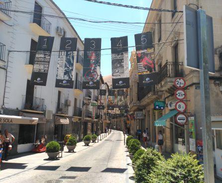En la céntrica calle Doctor Muñoz cuelga los carteles de los 24 festivales