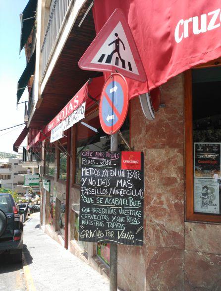 No faltan los ocurrentes carteles en los frecuentados locales, bares y restaurantes del municipio