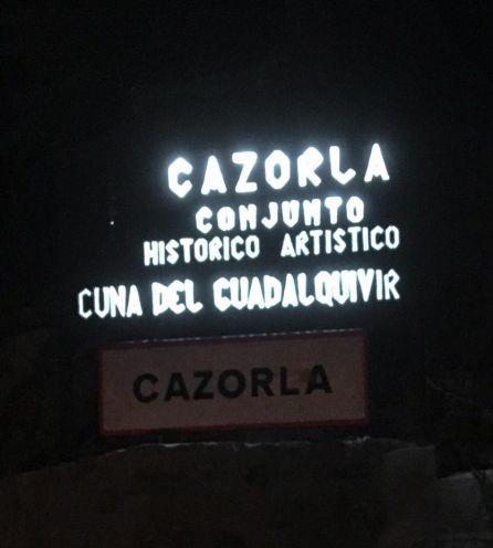 La antigua señal a la entrada de Cazorla se ilumina para dar la bienvenida a los bluseros
