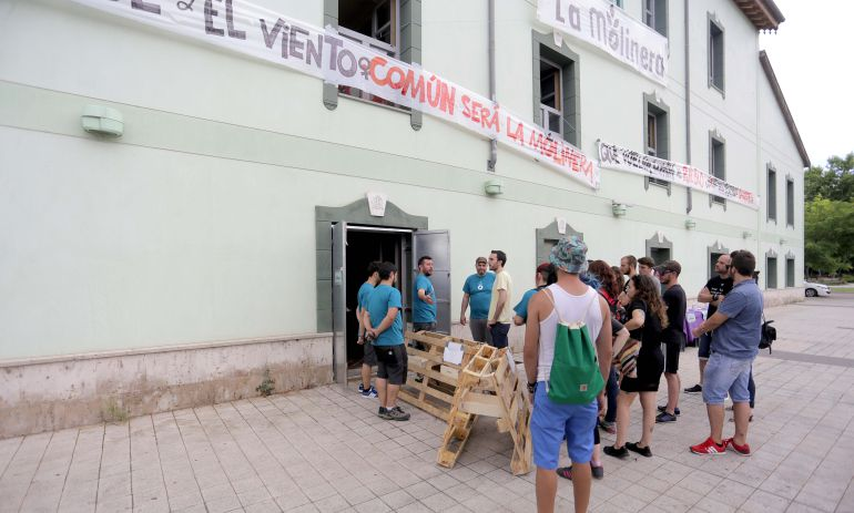 Visita a las actuaciones que el colectivo La Molinera lleva a cabo en el antiguo hotel
