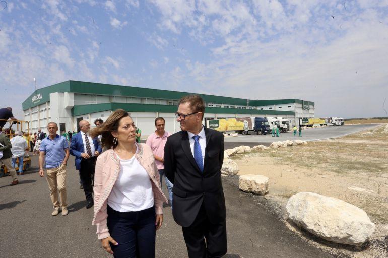 La consejera de Agricultura y Ganadería y portavoz de la Junta, Milagros Marcos, inaugura el nuevo centro logístico de Huercasa.