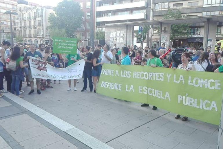 Concentración contra el cierre de las líneas educativas del CEIP Arias Gonzalo en la Plaza de la Marina Española