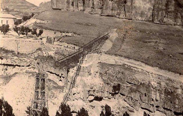 Construcción del actual puente de San Pablo en 1902.