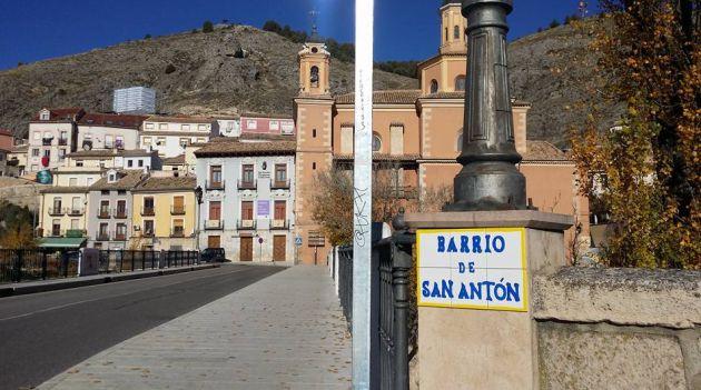 El puente de San Antón comunica el barrio del mismo nombre con la ciudad.