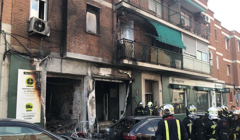 Los bomberos han desalojado el edificio y han trabajado durante toda la tarde para refrescar la zona afectada por las llamas