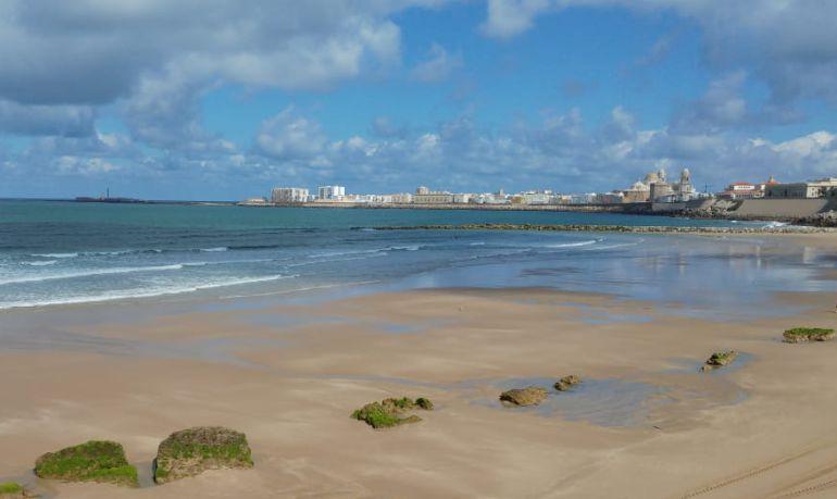 Imagen de Cádiz desde la playa de Santa María del Mar
