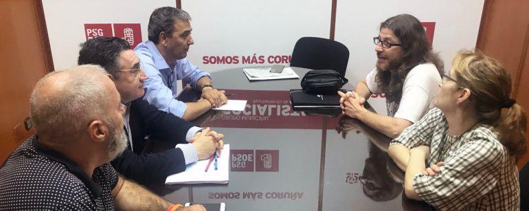 Concejales del PSOE reunidos con representantes de personal del Hotel Atlántico