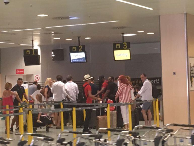 Una cola de viajeros en el Aeropuerto de Ibiza