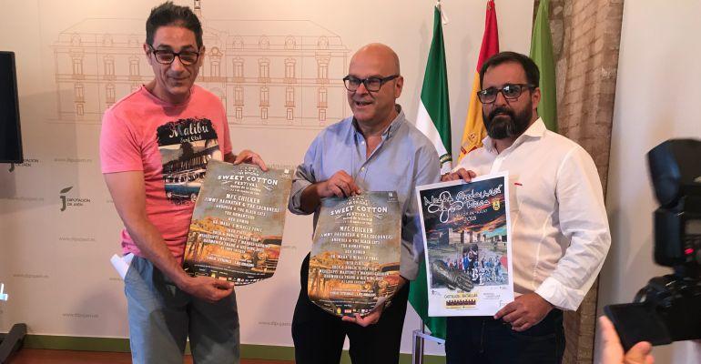 De izquierda a derecha, José Álvarez, presidente de la Asociación Bluesgalimar, el diputado de Promoción y Turismo, Manuel Fernández, y el alcalde de Baños de la Encina, Antonio Las Heras.