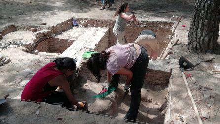 Estudiantes limpian los restos del Asilo de Santa Cristina durante las excavaciones de la Guerra Civil en Madrid
