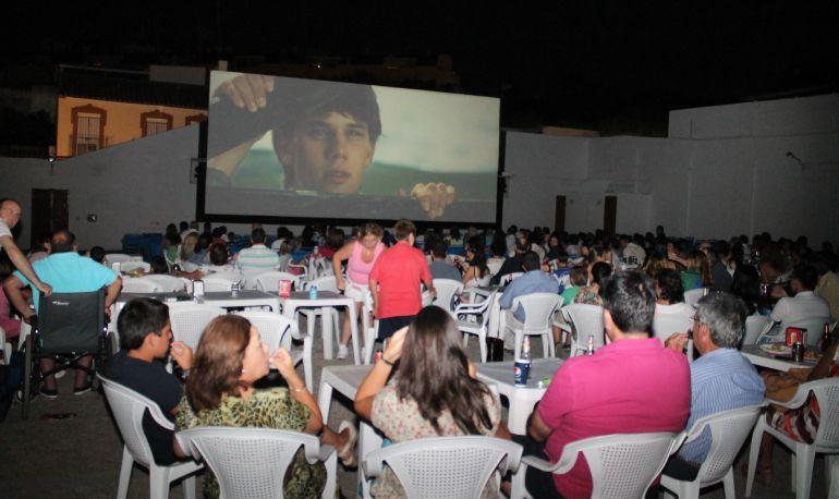 El cine de verano de Tomares sigue siendo una delicia después de 54 años