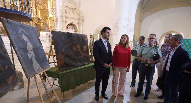 La delegada del Gobierno en Castilla y León, Virginia Barcones, informa sobre el desarrollo de una operación en la que se han recuperado un lote de obras de arte expuestas en el Convento Museo de San Francisco de Medina de Rioseco. Junto a ella, el alcalde de la localidad, David Esteban