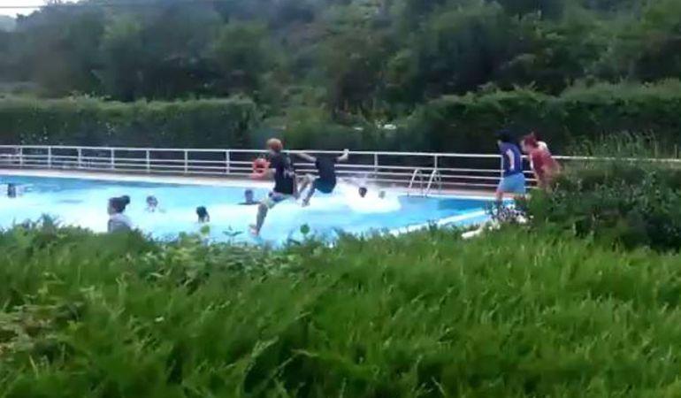 Los chavales del Gazte Rock se lanzan a la piscina con camiseta