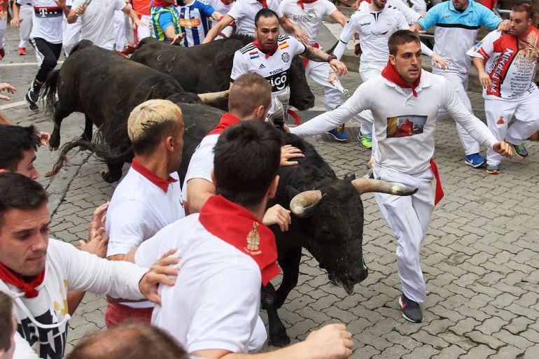 Los toros de la ganadería extremeña de Jandilla a su paso por el tramo de Telefónica durante el séptimo encierro de los Sanfermines 2018