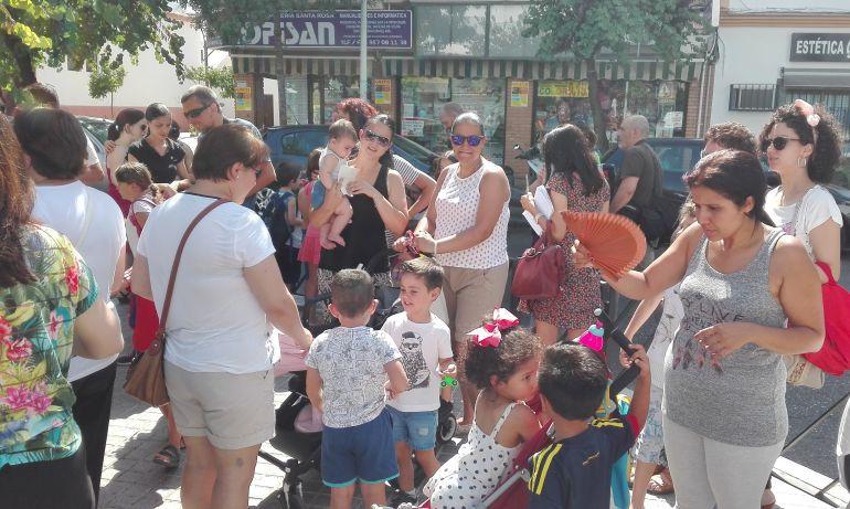 Familias, el verano pasado a las puertas de los centros (archivo).