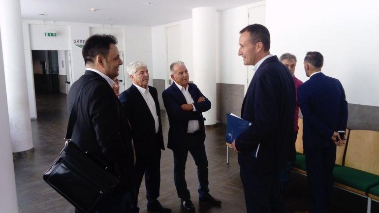 El alcalde de Elche Carlos González, a la derecha, habla con el exconsejero franjiverde Daniel Rubio