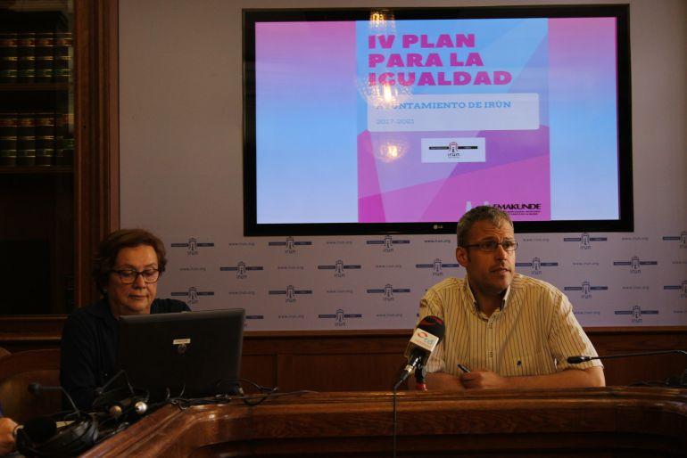 El delegado de Bienestar Social, Sergio Corchón, con la responsable de intervención comunitaria, Feli Goikoetxea, en la presentación del IV Plan de Igualdad.