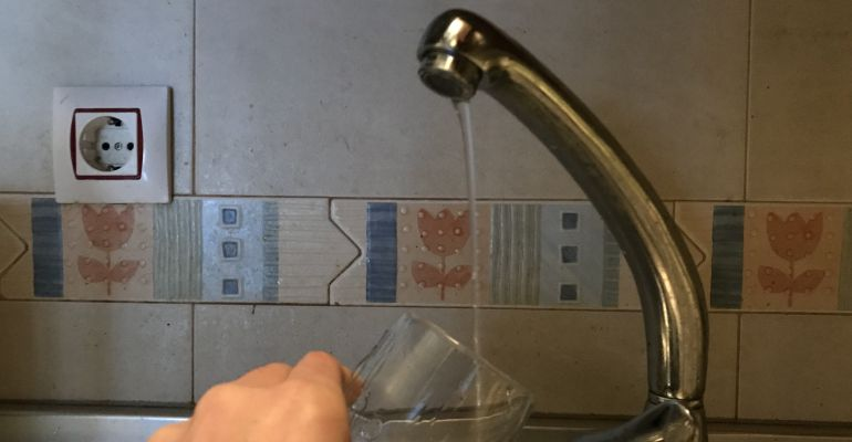 Un vaso se llena de agua.