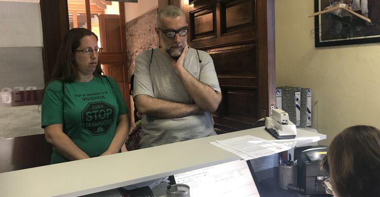 El portavoz de la Plataforma Stop Desahucios, Miguel Ángel Martínez, presenta el escrito en el registro del Ayuntamiento.