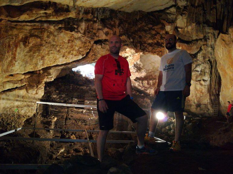 El alcalde de Teulada, Carlos Linares (izquierda) con el concejal de Urbanismo, Raul Dalmau (derecha) en la Cova de la Cendra