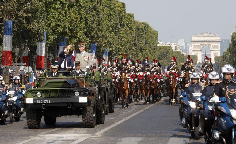 Imagen del desfile en los Campos Elíseos de Paris