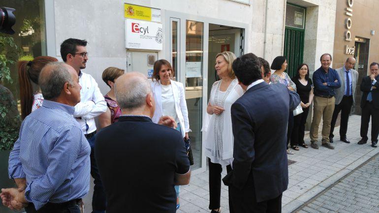 Los consejeros a su llegada al Ecyl junto con el alcalde y concejales de Peñafiel