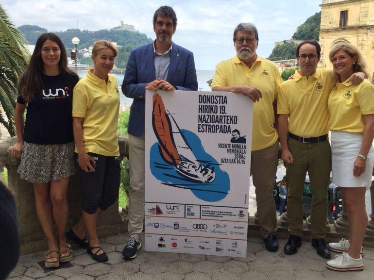 El alcalde Eneko Goia posa con los organizadores en uno de los balcones del Ayuntamiento de San Sebastián