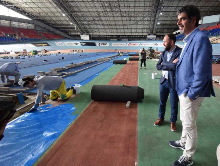 Visita del diputado de Deporte, Denis Itxaso, y del alcalde de San Sebastián, Eneko Goia, a la pista de atletismo del Velódromo Antonio Elorza.