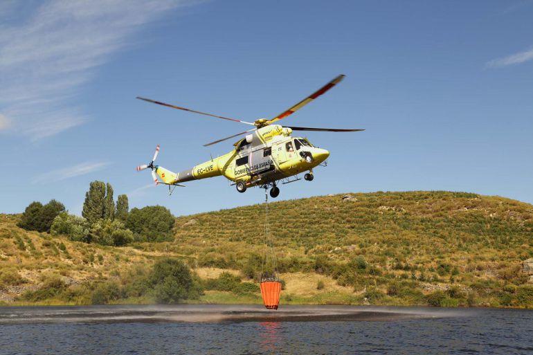 El helicóptero Sokol del puerto del Pico en plena operación de carga