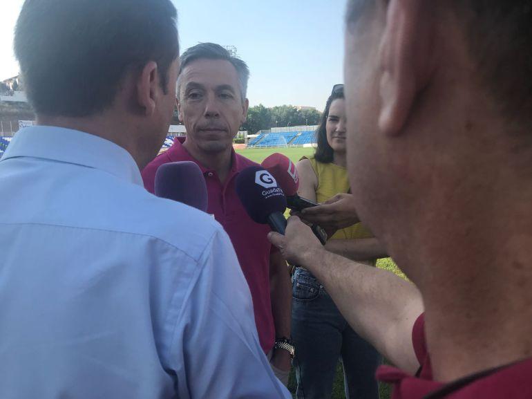 Javier Atienza atiende a los medios de comunicación en el Pedro Escartín,