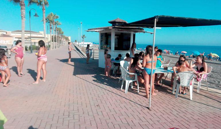 Programa 'Yo leo' en las playas de Adra.
