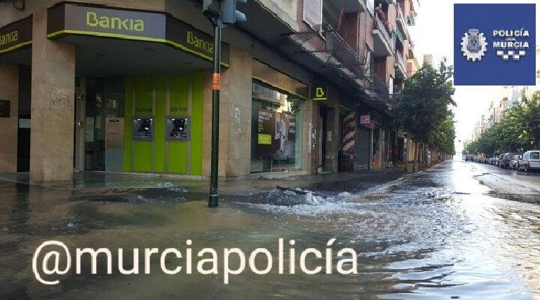 Una importante avería en la red de abastecimiento obliga a cortar el tráfico en el Paseo Corvera en Murcia