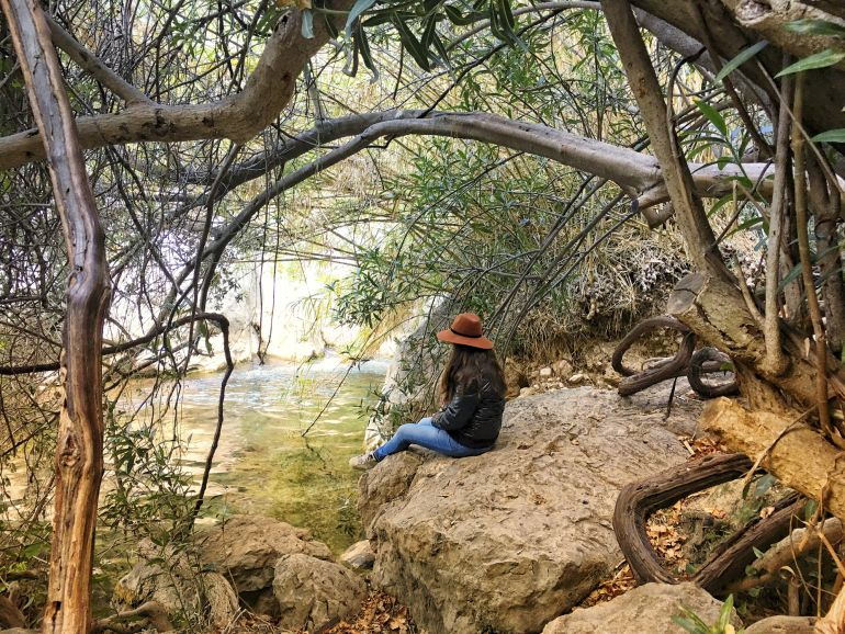 Joven sentada en las Fuentes del Algar (Callosa d