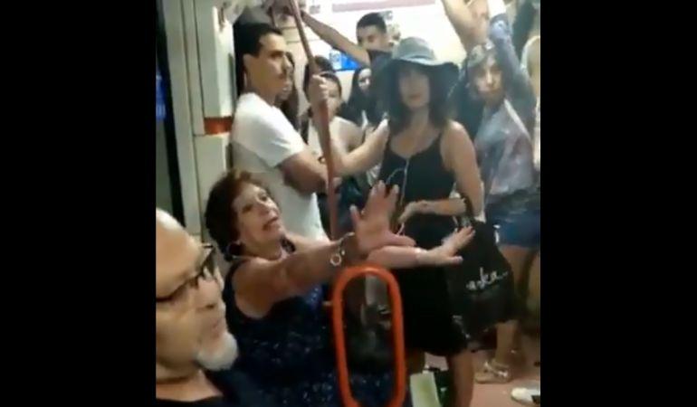 Española prohíbe a niña latina sentarse en metro — Indignación