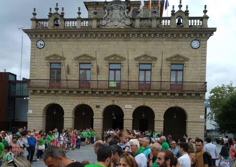 Decenas de personas esperan en la Plaza San Juan de Irun, frente al ayuntamiento, la llegada de los remeros para celebrar el triunfo de la regata celebrada en la bahía donostiarra.