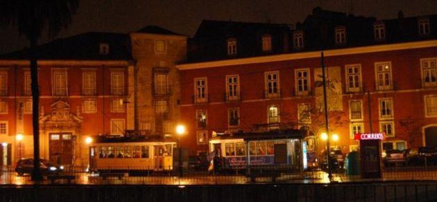 Tranvías en el barrio de Alfama, en Lisboa.