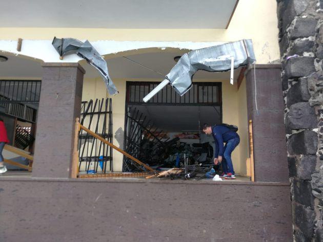 Un fuerte oleaje rompe balcones y obliga a evacuar viviendas en Tenerife