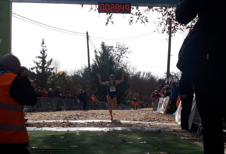 The athlete of the ADIDAS Soria, Marta Pérez, who was second, raises her arms in the finish line after the effort made.