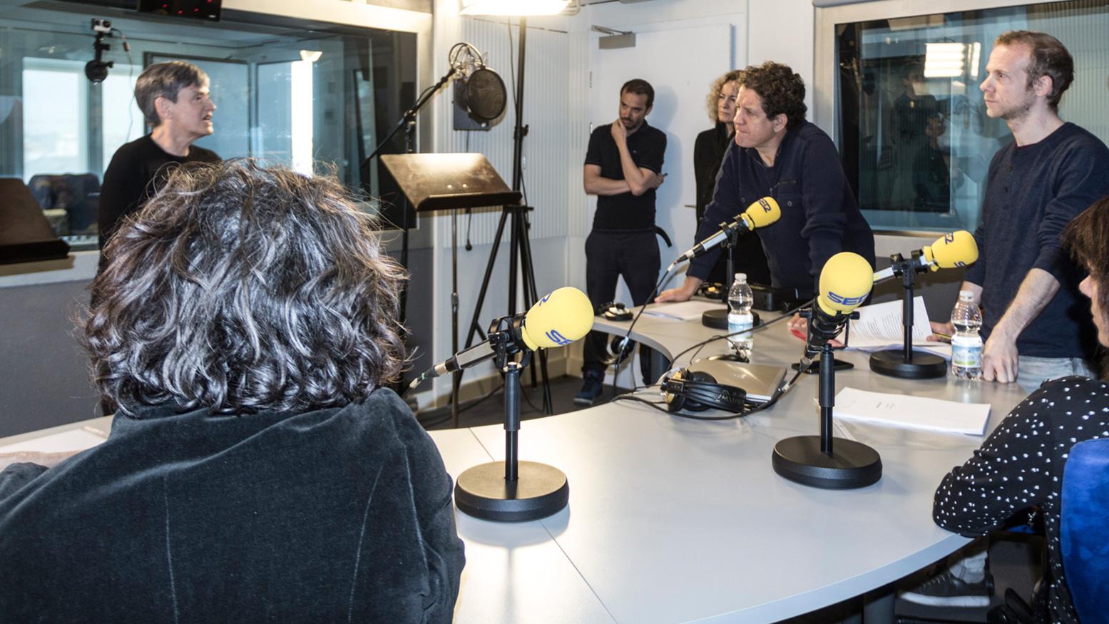 Luisa Etxenike habla con los intérpretes y la directora durante la grabación