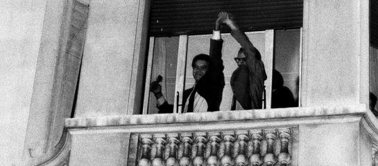 Felipe González y Alfonso Guerra saludan desde el balcón del hotel Palace tras el trinunfo electoral del PSOE en 1982.