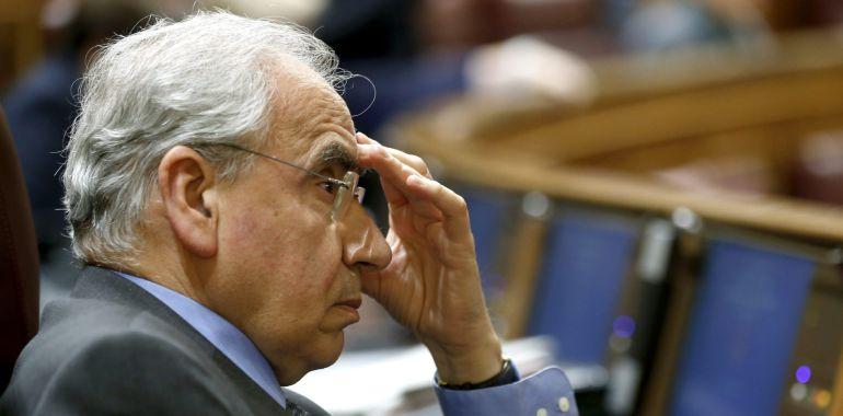El diputado socialista Alfonso Guerra, durante el pleno del Congreso.