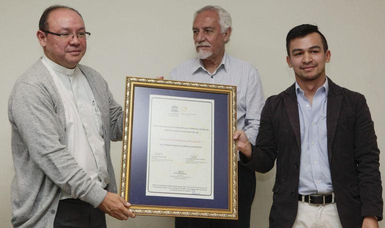 El presidente del Comité Nacional de Memoria del Mundo entrega el certificado del archivo de Ignacio Ellacuría al provincial de la Compañía de Jesús en Centroamérica.