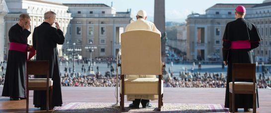 BAC02 CIUDAD DEL VATICANO (VATICANO), 19/11/2014.- Imagen facilitada por el L'Osservatore Romano que muestra al papa Francisco (c) a su llegada a la audiencia general semanal en la Plaza de San Pedro, Ciudad del Vaticano, Vaticano hoy 19 de noviembre de 2014. EFE/Str ***SÓLO USO EDITORIAL/NO VENTAS**