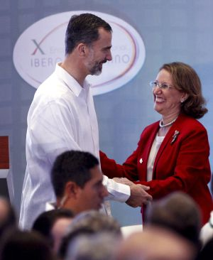 El Rey Felipe VI saluda a la Secretaria General Iberoamericana, la costarricense Rebeca Grynspan