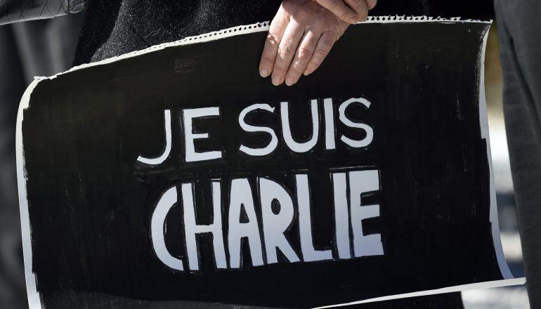 """FRA01. TOKIO (JAPÓN), 08/01/2015.- Una mujer sostiene un cartel que dice en francés """"Yo soy Charlie"""" durante una vigilia en honor a las víctimas del ataque en París contra la revista satírica Charlie Hebdo, en la embajada francesa en Tokio (Japón) hoy, jueves 8 de enero de 2015. Este miércoles, tres hombres encapuchados y armados con fusiles kalashnikov mataron a doce personas en la sede de Charlie Hebdo, entre ellos el director del semanario y tres conocidos dibujantes, Cabu, Tignous y Wolinski. La publicación ya había recibido amenazas por divulgar caricaturas de Mahoma publicadas originalmente por el periódico danés Jyllands-Posten en 2005 y por otros dibujos del profeta que publicó en 2012. EFE/FRANCK ROBICHON"""